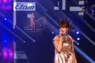 """Watch Lily Allen Sing """"Smile"""" At A Paris Fashion Show"""