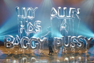 """Lily Allen – """"Hard Out Here"""" Video"""