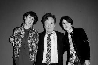 Watch Tegan And Sara Play <em>Conan</em> With An Adorable Kids&#8217; Choir