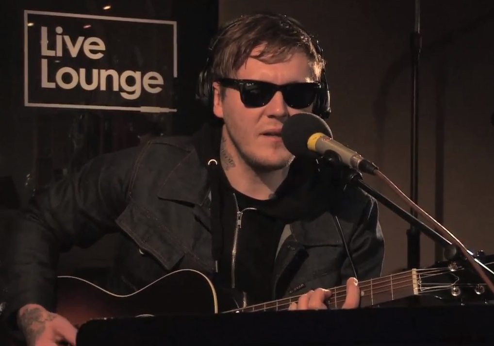 "Watch The Gaslight Anthem's Brian Fallon Cover Foo Fighters' ""Everlong"""