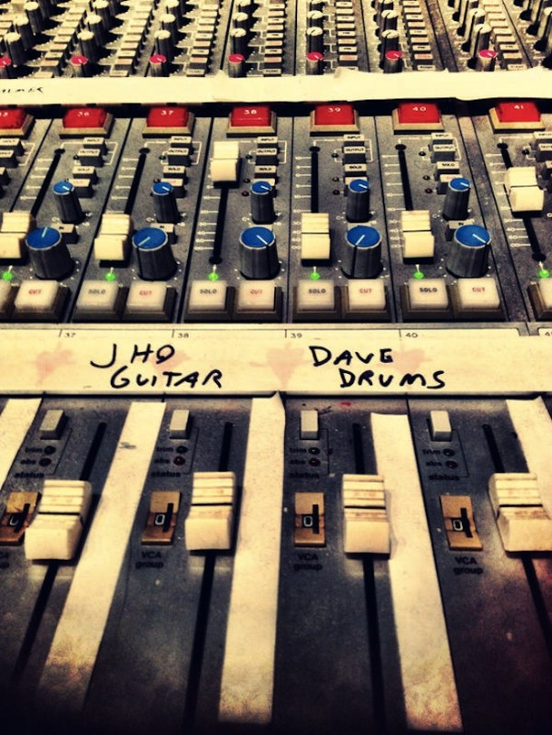 Dave Grohl Rejoins Queens Of The Stone Age For New Album