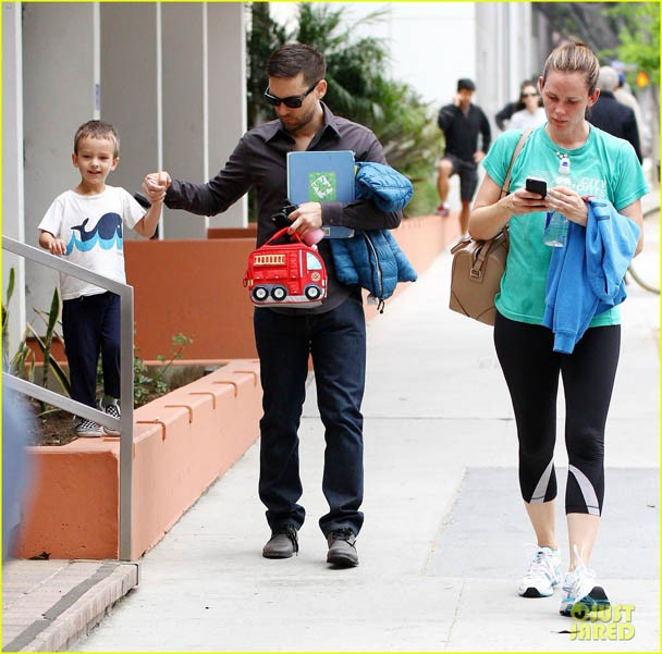 jennifer-garner-walks-past-tobey-maguire-without-noticing-03