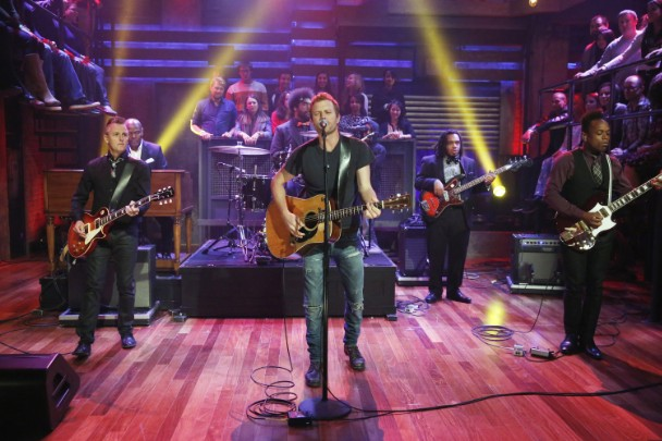 """Watch Dierks Bentley & The Roots Cover Pearl Jam's """"Alive"""" With Mike McCready"""