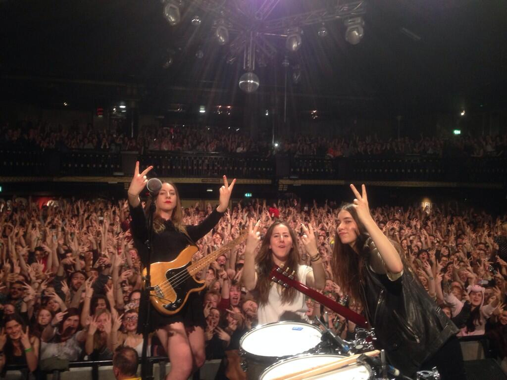 Haim, Los Campesinos! Exchange V Signs On Twitter
