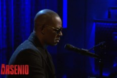 Watch R. Kelly Pay Tribute To Nelson Mandela And Improvise Some Songs On <em>Arsenio</em>