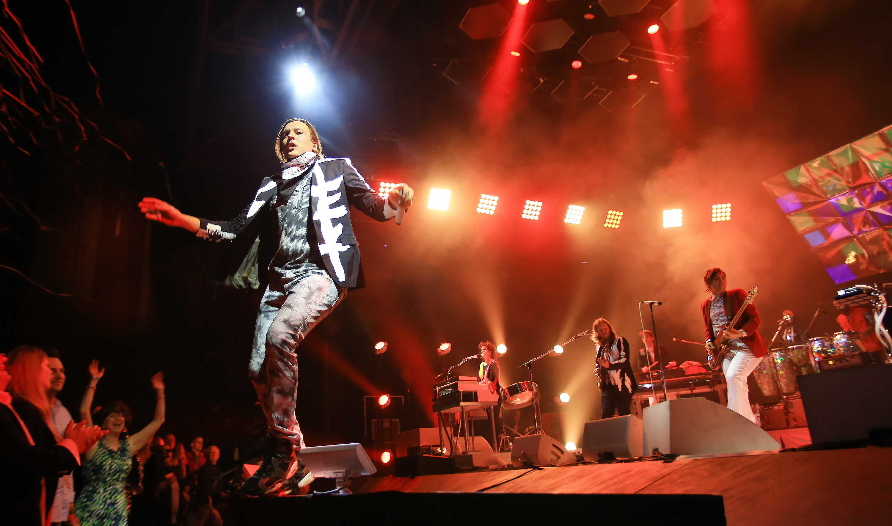 """Watch Arcade Fire Cover Kansas' """"Dust In The Wind"""" In Kansas City"""