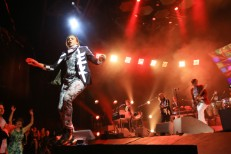 """Watch Arcade Fire Nod To The Internet With """"Get Right"""" In Columbus"""