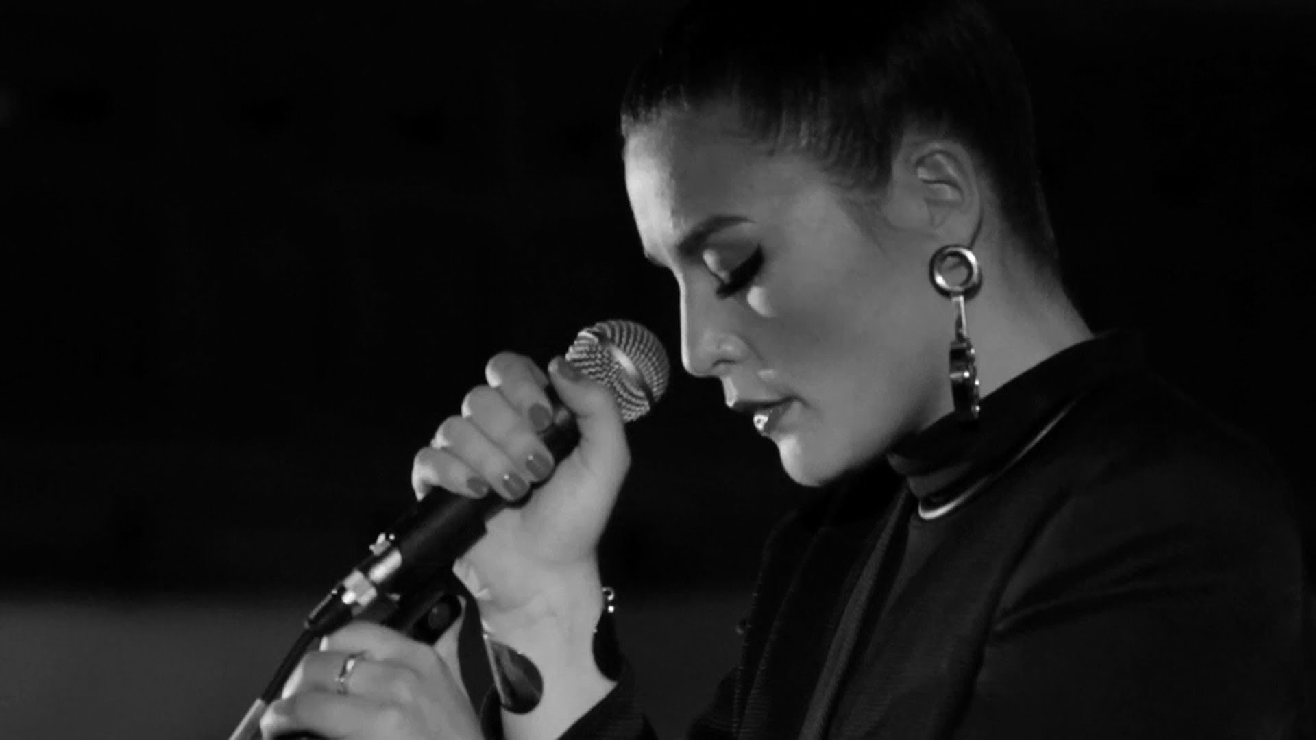 """Hear Jessie Ware Perform """"Tough Love"""" And """"Wildest Moments"""" On BBC Radio 6 Music"""