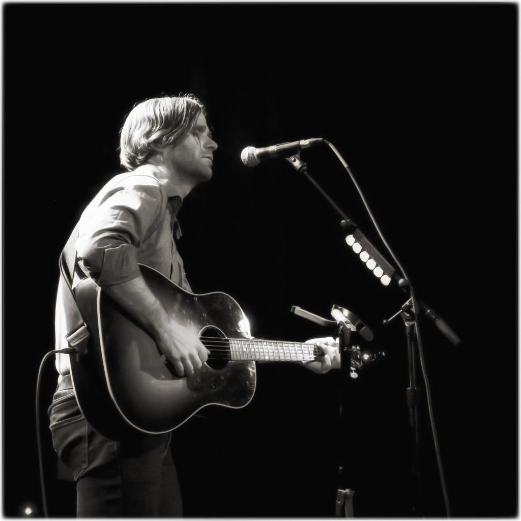 """Watch Ben Gibbard Cover Alvvays' """"Archie, Marry Me"""" At Seattle Arts Charity Show"""