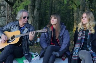 """Watch First Aid Kit Cover R.E.M.'s """"Walk Unafraid"""" With Peter Buck"""