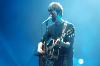 """Watch Noel Gallagher Play """"Don't Look Back In Anger"""" With A Choir At Belfast Tour Opener"""