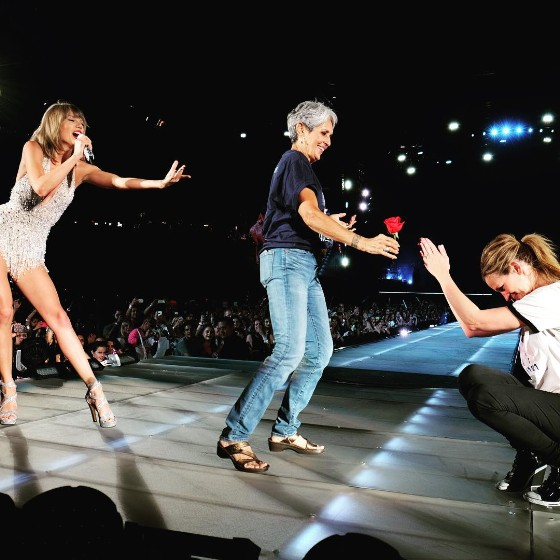 """Taylor Swift Brought Joan Baez And Julia Roberts Onstage For """"Style"""" Last Night"""