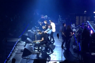"Mumford & Sons Covered ""Sweet Dreams (Are Made Of This)"" With Blink-182's Mark Hoppus Last Night"