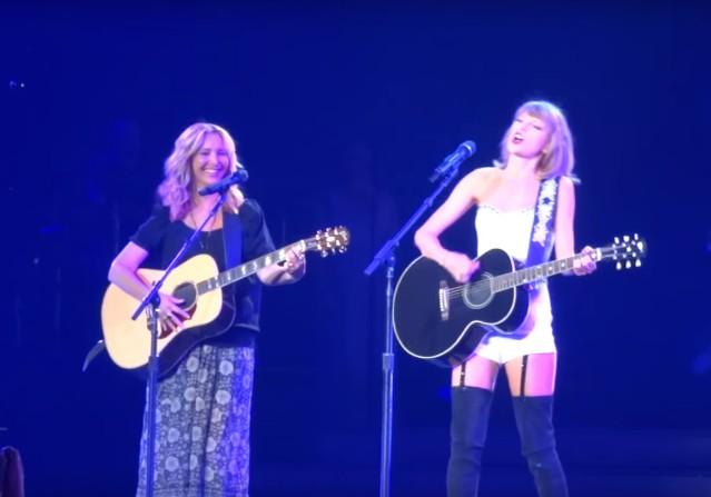 Taylor Swift and Lisa Kudrow