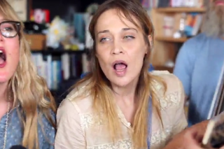 Watch Fiona Apple Sing Folk Traditionals With Watkins Family Hour