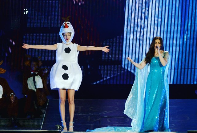 "Watch Taylor Swift Sing ""Wildest Dreams"" Dressed As Olaf From Frozen"