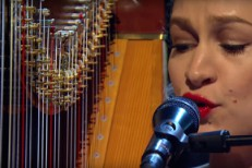 Watch Joanna Newsom&#8217;s Stunning Solo <em>Jools Holland</em> Performance