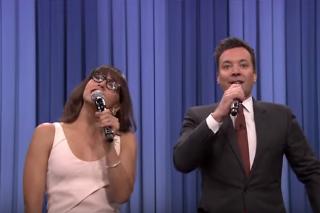Watch Jimmy Fallon & Rashida Jones Sing Holiday Versions Of The Year's Pop Hits