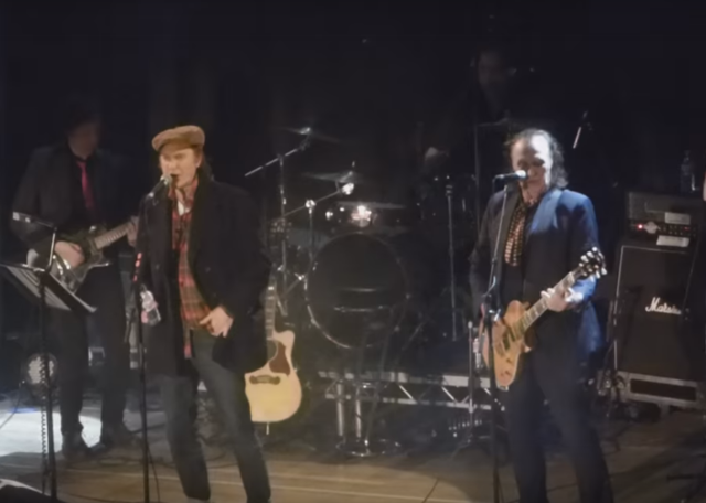 """Watch The Kinks' Ray And Dave Davies Reunite Onstage For """"You Really Got Me"""""""