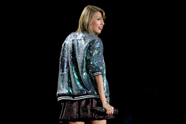 "Taylor Swift Attempts To Trademark ""Swiftmas,"" ""1989"""