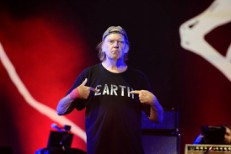 Neil Young Preps Live Album <em>EARTH</em> And Pono Earbuds For Listening To It