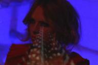 """Alexandra Savior – """"M.T.M.E."""" (Prod. Alex Turner) Video"""