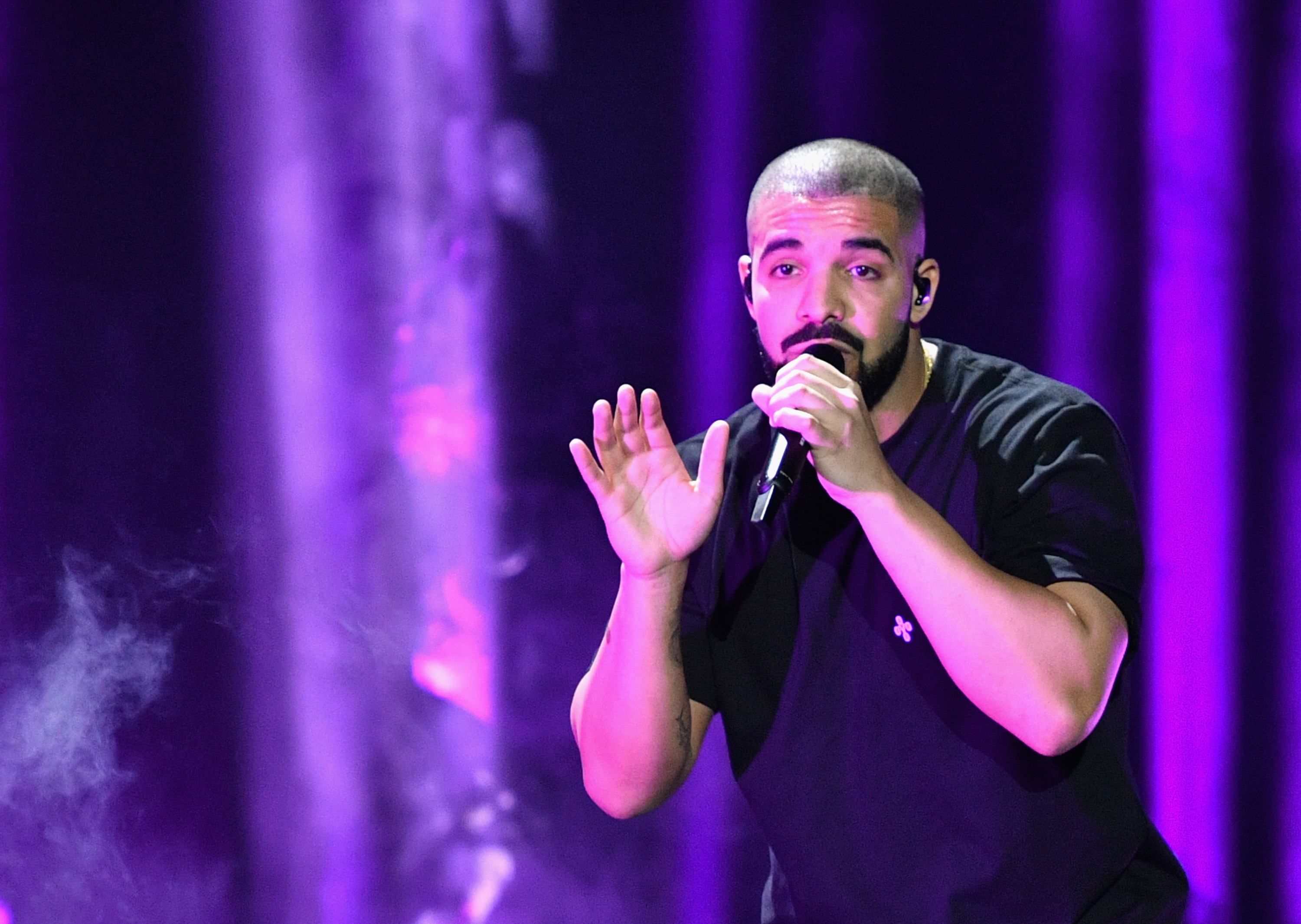LAS VEGAS, NV - SEPTEMBER 23: Recording artist Drake performs onstage at the 2016 iHeartRadio Music Festival at T-Mobile Arena on September 23, 2016 in Las Vegas, Nevada. (Photo by Mike Windle/Getty Images for iHeartMedia)