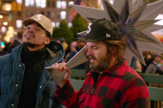 Watch Casey Affleck & Chance The Rapper Decorate The Rockefeller Center Christmas Tree In Their SNLPromo