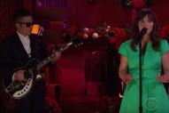 She &#038; Him &#8211; &#8220;Christmas Memories&#8221; Video &#038; <em>James Corden</em> Performance