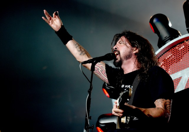 Dave Grohl & Taylor Hawkins premiere new Foo Fighters track at benefit show