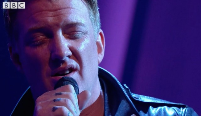 Queens-Of-The-Stone-Age-on-Jools-Holland-1507123202
