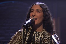 Bedouine-on-Seth-Meyers-1517928498