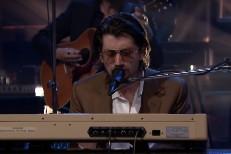 Arctic-Monkeys-on-The-Tonight-Show