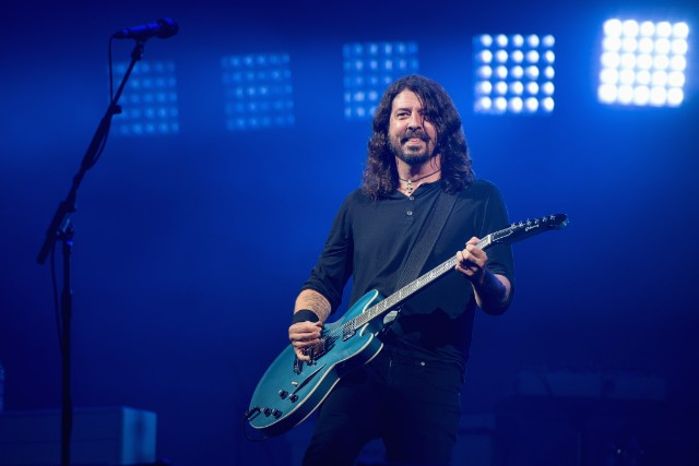 Dave Grohl performs Adele song with his daughter