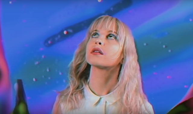 Paramore-Caught-In-The-Middle-video