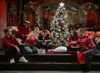 Matt Damon Snl Christmas.Miley Cyrus Mark Ronson Matt Damon Exchange Secret Santa