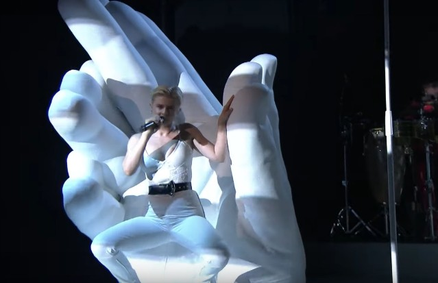 Robyn-on-The-Tonight-Show