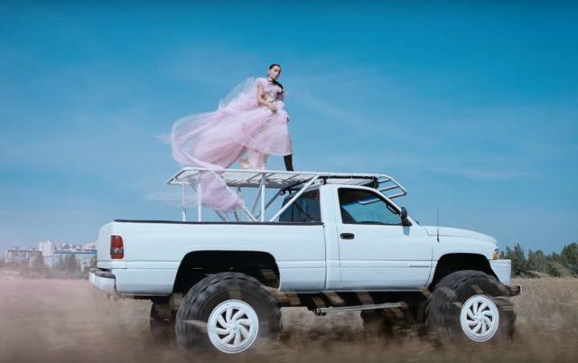 Charli-XCX-White-Mercedes-video