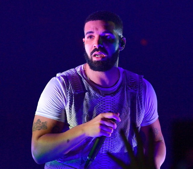 Drake gets booed at surprise Camp Flog Gnaw set