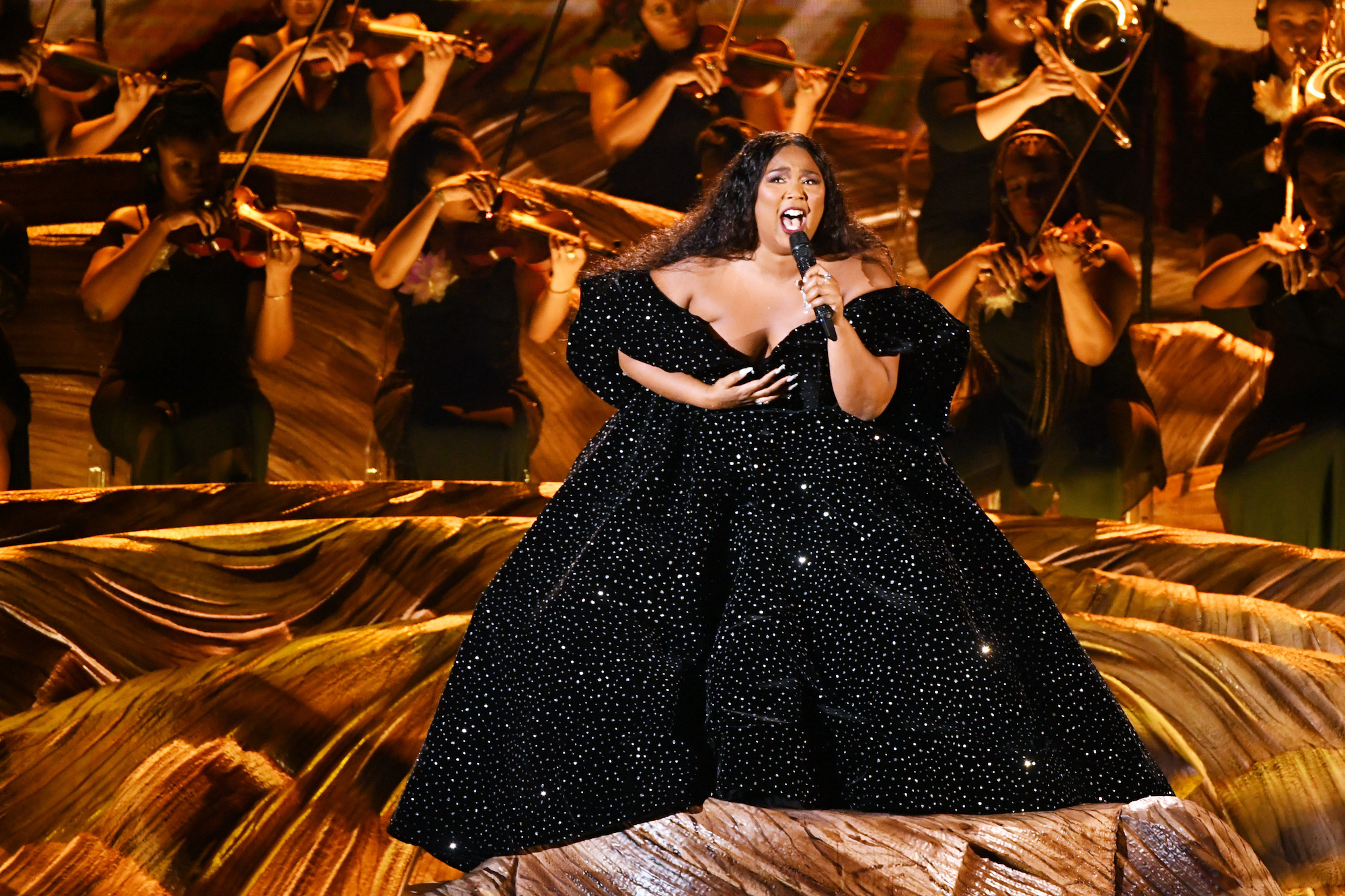lizzo opens grammys with medley watch stereogum https www stereogum com 2071224 lizzo grammys performance 2020 news