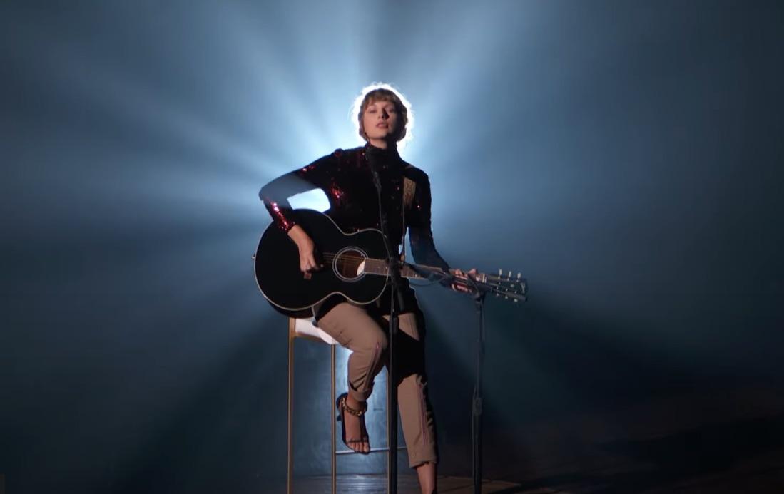 Taylor-Swift-at-ACM-Awards