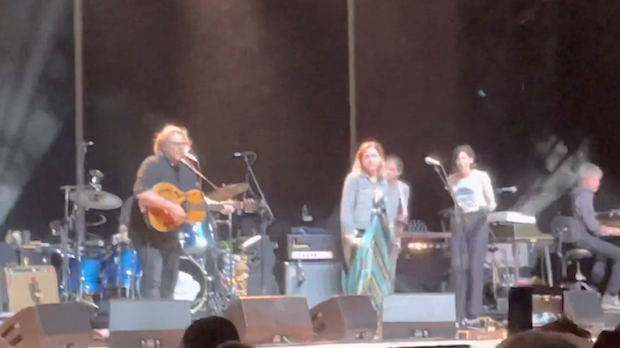 """Watch Sleater-Kinney Join Wilco On """"A Shot In The Arm"""" In Forest Hills"""